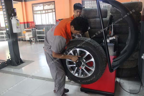 将轮胎充到合适气压去除铅块和石子后安装至动平衡机图片